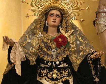 La Virgen de la Amargura Coronada, de luto en recuerdo de sus hermanos difuntos.